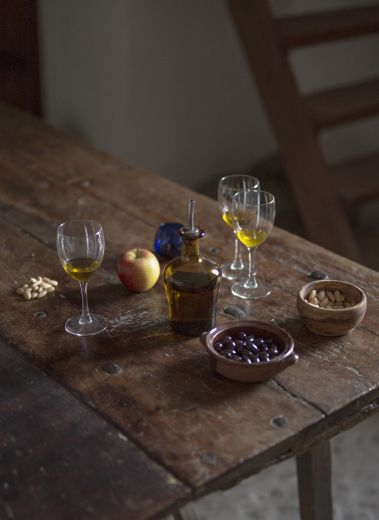 Wine and olives on the kitchen table - scene from Mimo Mallorca Olive and Wine Tours