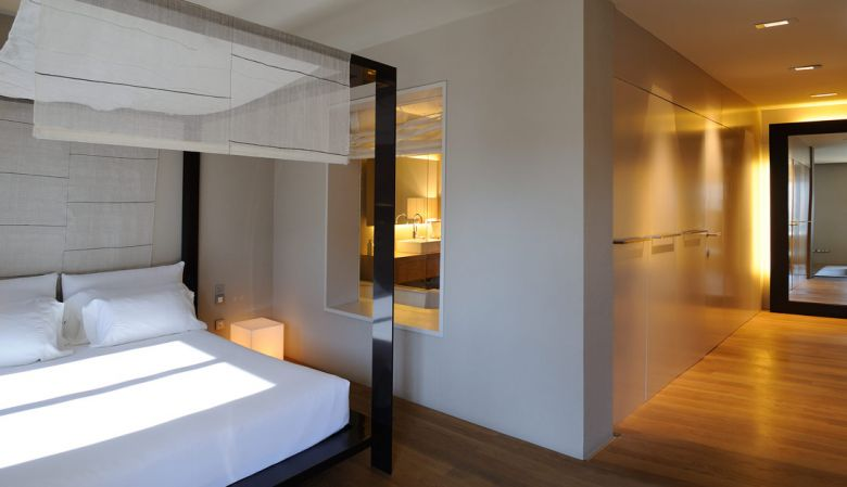 Luxury designer Suite at Design Hotel Omm Barcelona- modern four poster bed, romance