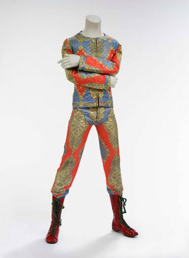 Quilted two-piece suit, 1972. Designed by Freddie Burretti for the Ziggy Stardust tour. Courtesy of The David Bowie Archive Image © Victoria and Albert Museum, David Bowie, exhibition, gallery, Museu Del Disseny, Barcelona