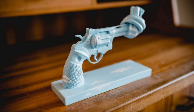 Knotted Gun ceramic in sky blue for the non violence campaign | Yoko Ono | Untied Nations Suite Vienna